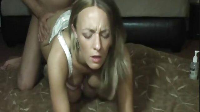 POVD - Une employée film porno au complet de restaurant baise Allora Ashlyn dans la salle de bain